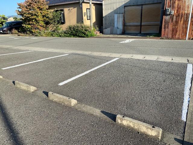 駐車場のラインを塗りました